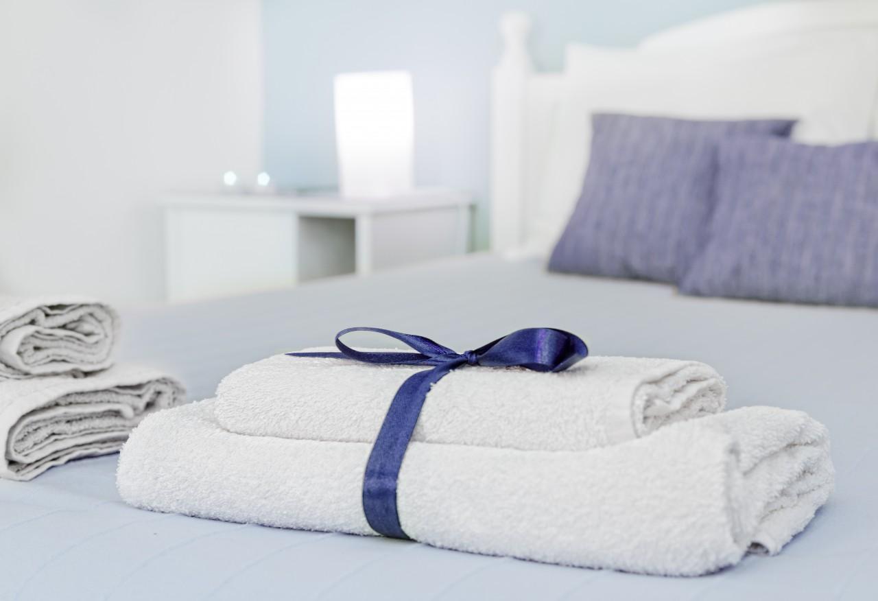 комплекта полотенец и постельного белья