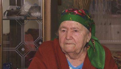 90-летняя Курткаджан Мамина сама занимается домашним хозяйством и радушно встречает гостей