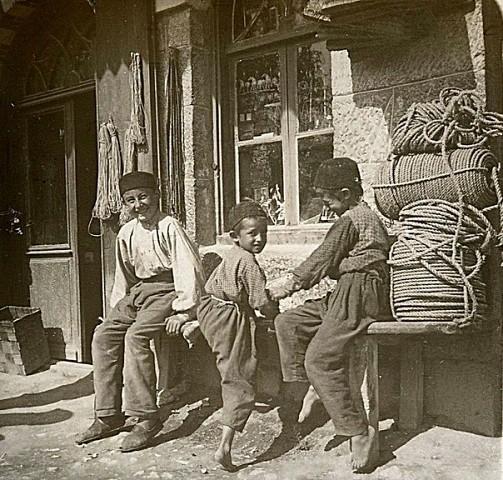 Дети у здания алупкинской школы. 1898 год