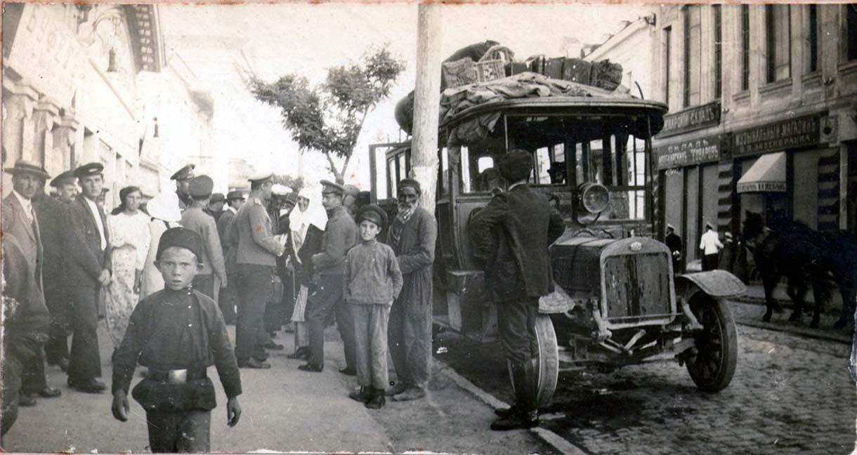 Отправка автобуса из Евпатории в Симферополь. Ул. Лазаревская, 1915-1917 годы