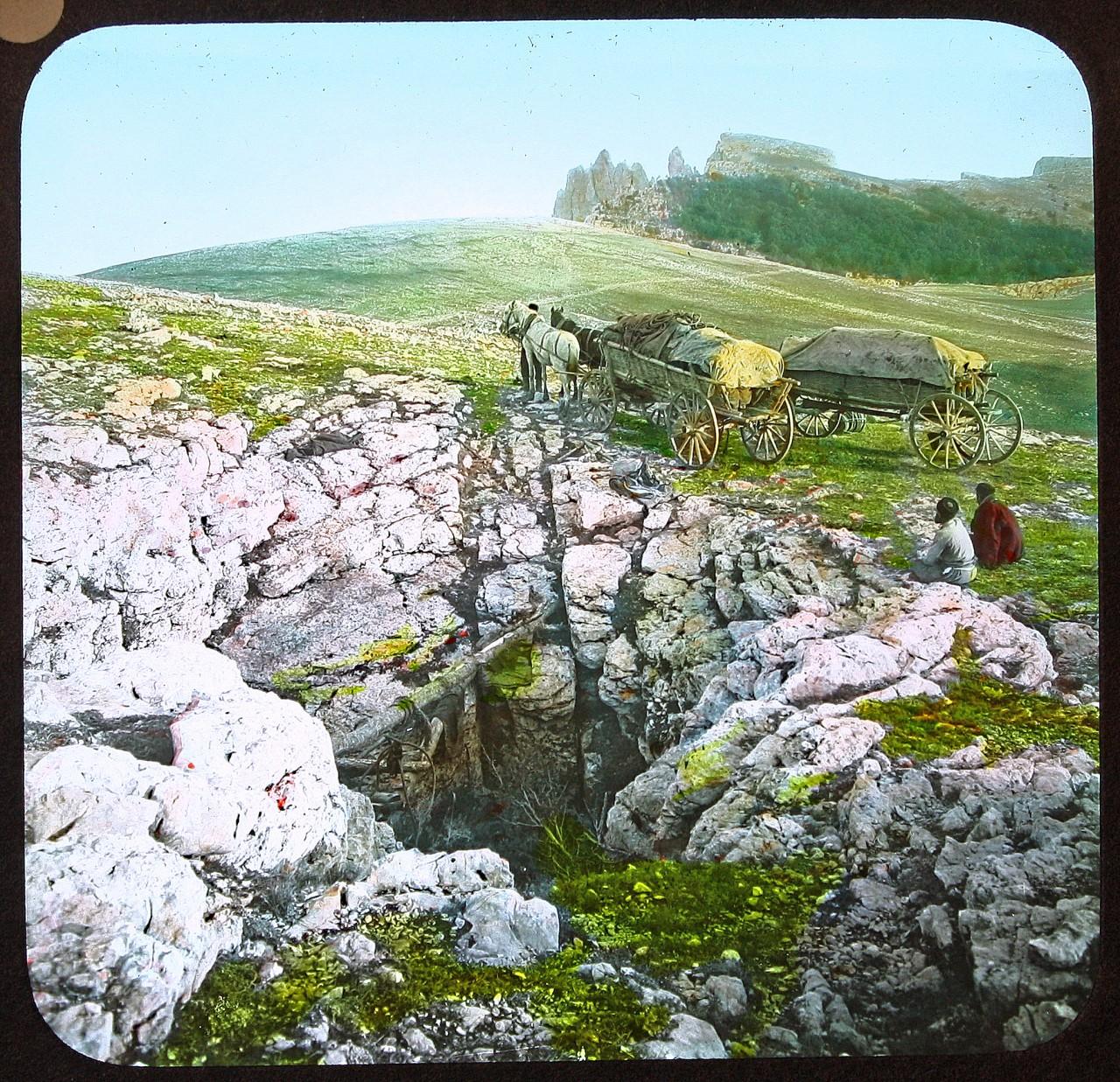 Это фото сделано на плато Ай-Петри в начале XX века. На такие повозки крымские татары грузили лед, который затем продавали в Ялте