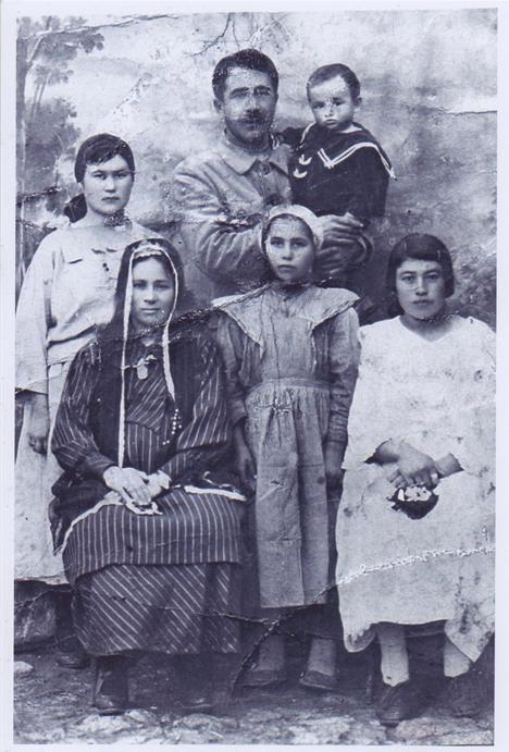 Семья Муждабаевых из Карасубазара. 1932 год. Фото из архива Зеры Таировой