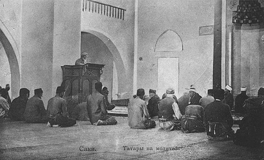 Крымские татары совершают намаз в мечети г. Саки