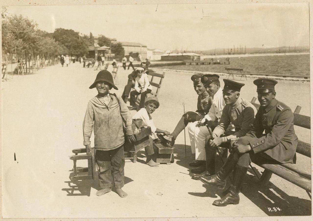 chistilshhiki-obuvi-v-kerchi-1918